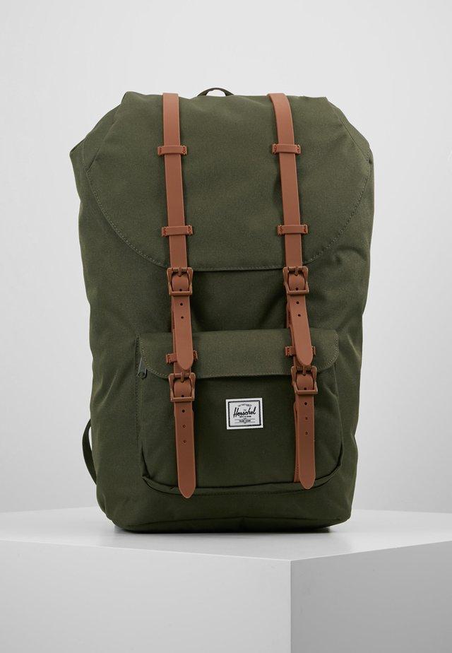 LITTLE AMERICA - Plecak - dark olive/saddle brown