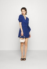 Who What Wear - THE PUFF WRAP DRESS - Kjole - navy - 1