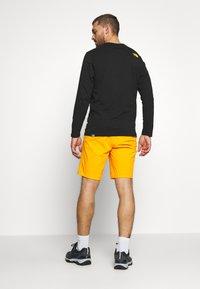 The North Face - MENS GLACIER SHORT - Pantalones montañeros cortos - flame orange - 2