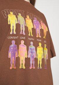 Night Addict - INFRA UNISEX - T-shirt z nadrukiem - brown/black acid wash - 4