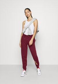 Nike Sportswear - PANT - Pantalon de survêtement - dark beetroot/metallic gold - 1