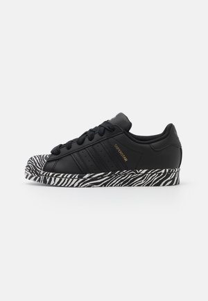 SUPERSTAR SPORTS INSPIRED SHOES - Sneaker low - core black/gold metallic/footwear white