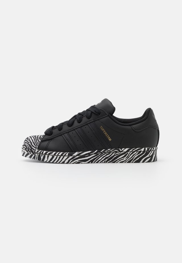 SUPERSTAR SPORTS INSPIRED SHOES - Sneakers basse - core black/gold metallic/footwear white