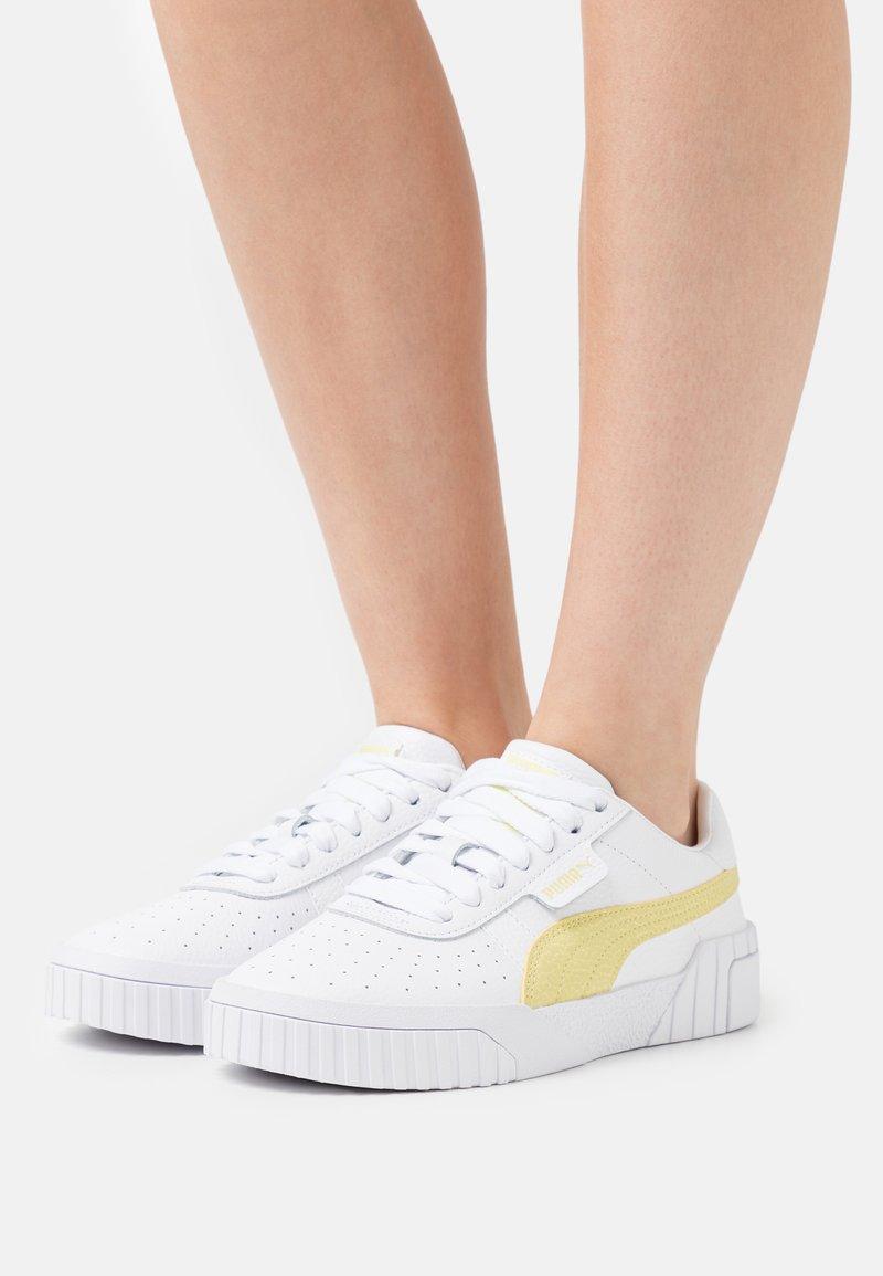 Puma - CALI - Joggesko - white/yellow pear