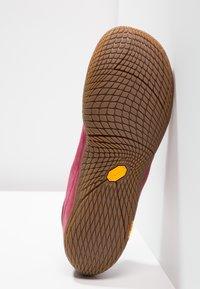 Merrell - VAPOR GLOVE 3 LUNA - Minimalistické běžecké boty - pomegranate - 4