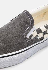 Vans - CLASSIC  - Nazouvací boty - asphalt/true white - 5