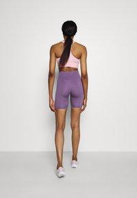 Nike Performance - FEMME ONE SHORT  - Tights - amethyst smoke/metallic gold - 2