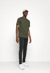 Calvin Klein - LOGO - Basic T-shirt - green - 1