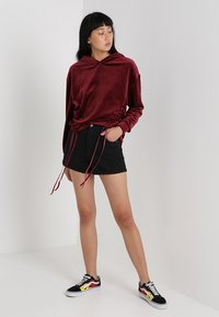 Urban Classics - LADIES SHORT GATHERED HOODY - Mikina s kapucí - port - 1
