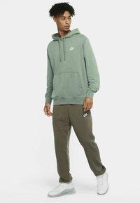 Nike Sportswear - CLUB HOODIE - Luvtröja - steam/steam/white - 1