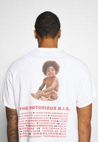 Mennace - BIGGIE BACK OVERSIZED WASHED TEE - Print T-shirt - white washed - 4