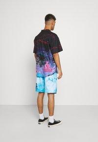 Santa Cruz - TIE DYE HAND BOARDIE - Shorts - blue - 2