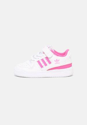 FORUM UNISEX - Baskets basses - white/screaming pink