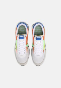 Puma - FUTURE RIDER TWOFOLD SD POP UNISEX - Trainers - white/yellow alert/carrot - 3