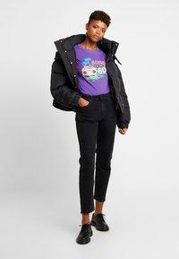 Merchcode - LADIES BORN IN THE 80S TEE - Print T-shirt - ultra violet - 1
