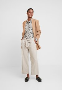 Gerry Weber Casual - Trousers - light taupe melange - 2