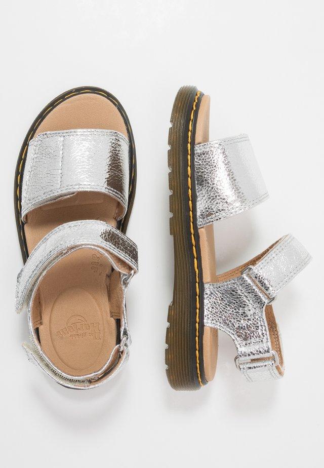 ROMI - Sandaalit nilkkaremmillä - silver crinkle metallic