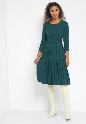MIT PLISSEEFALTEN - Day dress - blaugrün