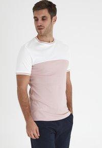 Tailored Originals - TOANFRED  - Camiseta estampada - milky white - 0