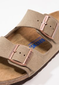 Birkenstock - ARIZONA SOFT FOOTBED NARROW FIT - Matalakantaiset pistokkaat - taupe - 6
