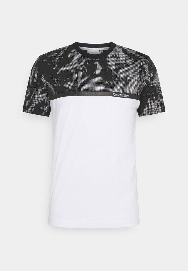 GRAPHIC BLOCK - Print T-shirt - white