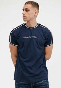 Kings Will Dream - DENSON - Print T-shirt - white navy - 2