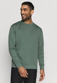 Cross Sportswear - MACTIVE CREW NECK - Bluza - laurel green - 0