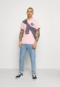 Tommy Jeans - LUV THE WORLD TEE UNISEX - T-shirt imprimé - iced rose - 1