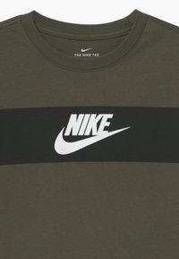 Nike Sportswear - TEE CHEST PANEL - Print T-shirt - cargo khaki - 2