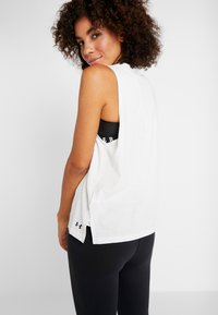 Under Armour - GRAPHIC BOX SCRIPT MUSCLE TANK - Funktionsshirt - onyx white/black