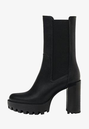MIT ABSATZ UND ELASTIKEINSATZ - Kotníkové boty na platformě - black