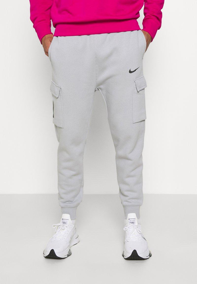 Nike Sportswear - ZIGZAG CARGO PANT - Tracksuit bottoms - wolf grey