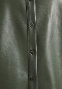 Missguided Petite - RAGLAN SLEEVE - Overhemdblouse - khaki - 2