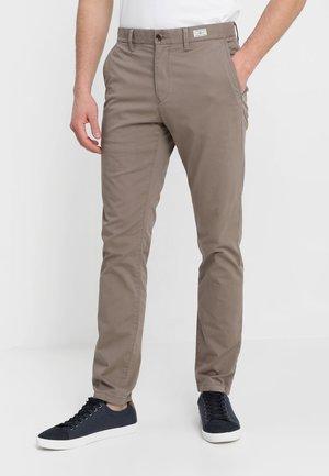 DENTON - Pantalones chinos - walnut