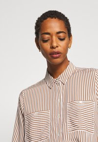 TOM TAILOR - BLOUSE PRINTED STRIPE - Košile - camel/white - 4
