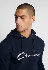 CLOSURE London - DOUBLE SCRIPT HOODY - Jersey con capucha - navy - 3