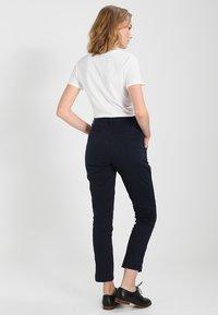 GAP - GIRLFRIEND SOLID - Chino kalhoty - true indigo - 2