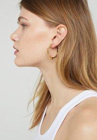 Tory Burch - SERIF HOOP EARRING - Ohrringe - gold-coloured - 1