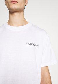 Night Addict - T-shirt med print - white - 5