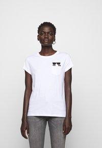 KARL LAGERFELD - IKONIK POCKET - T-shirt z nadrukiem - white - 0