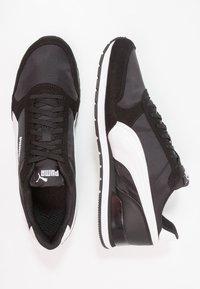 Puma - RUNNER UNISEX - Matalavartiset tennarit - black/white - 1