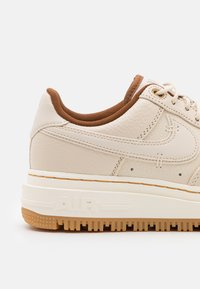 Nike Sportswear - AIR FORCE 1 LUXE - Sneakers laag - pearl white/pale ivory/pecan/yellow/bucktan - 5