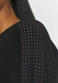 Sweaty Betty - BREEZE RUNNING  - Long sleeved top - black - 5