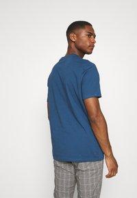 Ben Sherman - SIGNATURE FLOCK TEE - Print T-shirt - indigo - 2