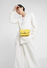 Lauren Ralph Lauren - MINI CROC EMBOSS MADISON  - Riñonera - lemon sorbet - 1