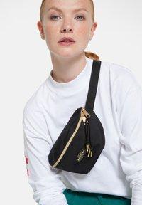 Eastpak - GOLDEN/AUTHENTIC - Bum bag - goldout black-g - 2