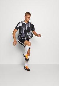 Nike Performance - DRY TOP - Camiseta estampada - black/white - 1