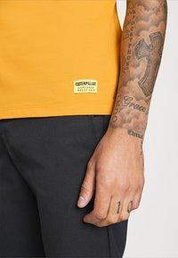 Caterpillar - SMALL LOGO TSHIRT - T-shirt basic - yellow - 5