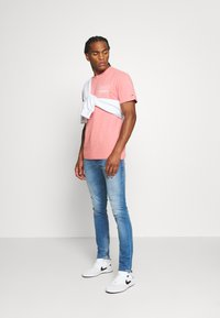 Tommy Jeans - REPEAT LOGO TEE - Print T-shirt - rosey pink - 1
