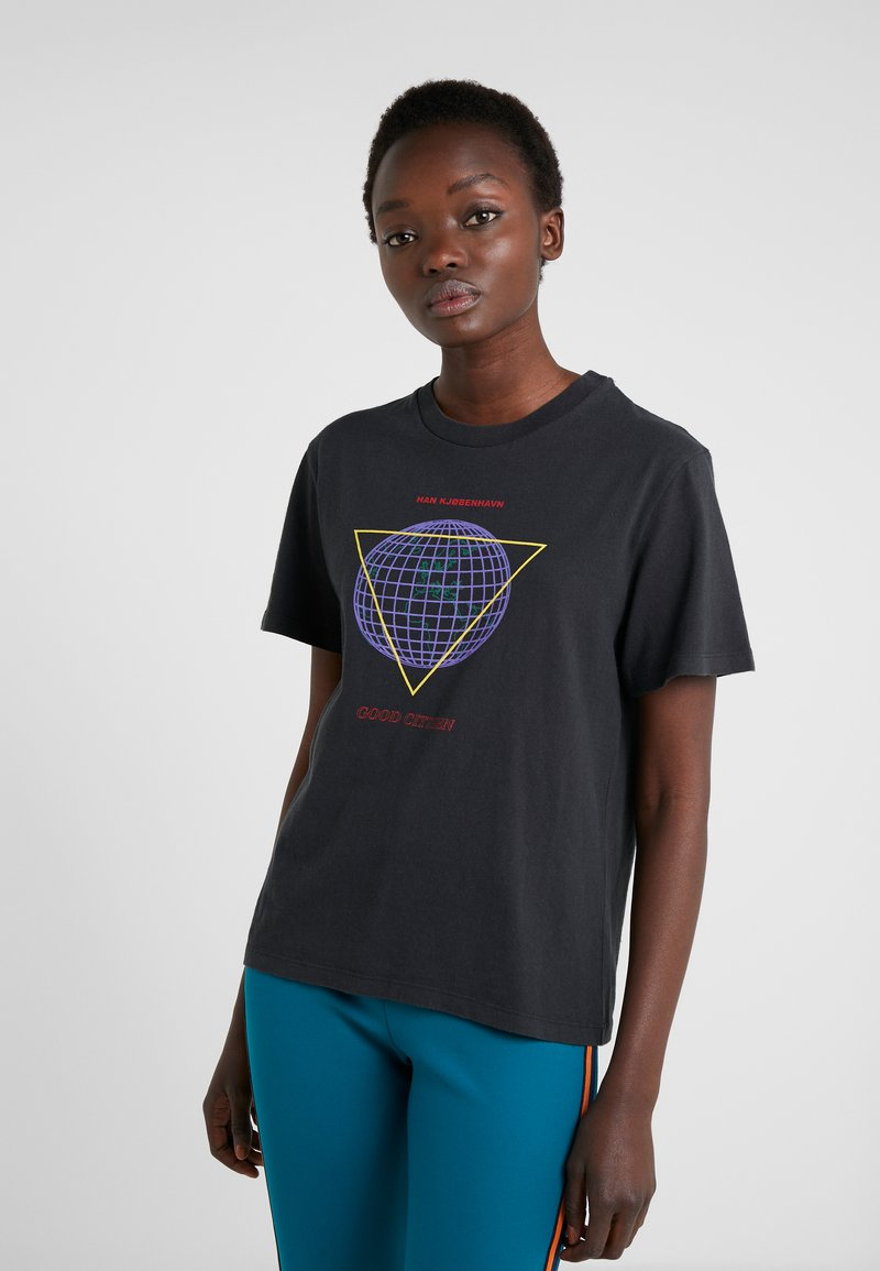 Han Kjobenhavn - ARTWORK TEE - Print T-shirt - faded black